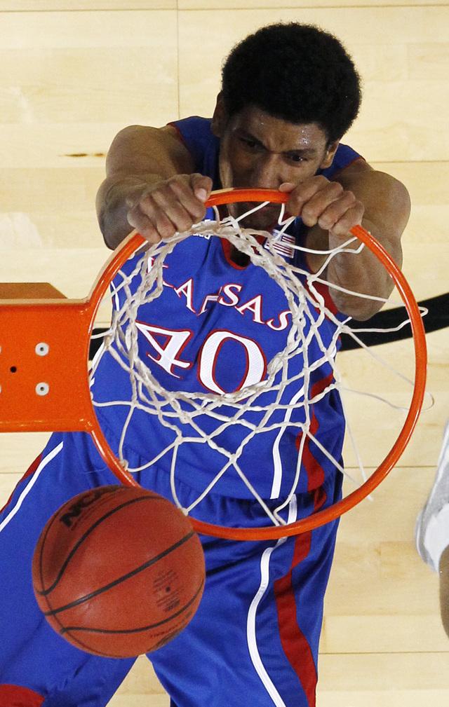 Kevin Young -en uniforme colegial de Kansas- nació en California, de madre boricua, y representa a Puerto Rico en el baloncesto internacional.