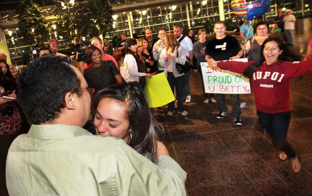 Elizabeth Olivas abraza a su padre, Pascual Olivas, a su llegada al aeropuerto de Indianápolis procedente de México,  a donde viajó   para pedir su ajuste de estatus  para volver a EE.UU.. Ella recibió una visa del consulado estadounidense en Ciudad Juárez.