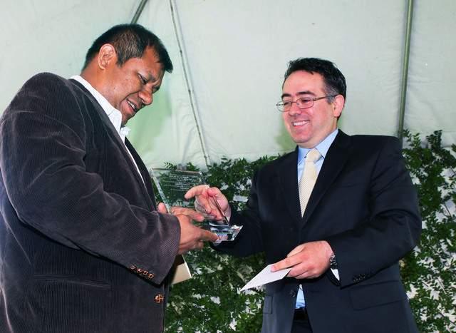 Premian a líder de  jornaleros