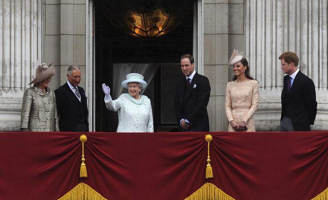 La reina Isabel II, rodeada de su familia, saluda a la multitud  que se congrego  enfrente al Palacio de Buckingham.