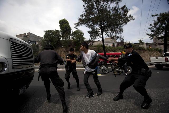 Estudiantes y  policías heridos en protesta