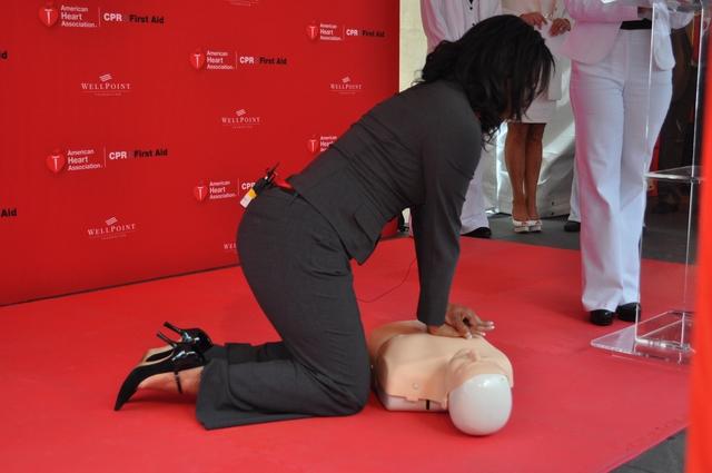 Danielle Cortes DeVito  muestra cómo se realiza la resucitación cardiopulmonar.