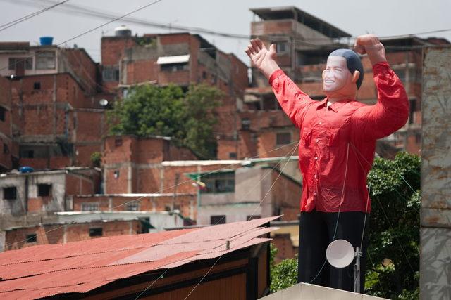Con muñeco inflado hacen  campaña  Chavista