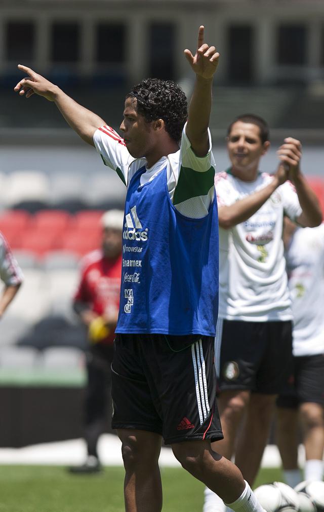 Giovani Dos Santos (izq.) celebra un gol durante una práctica de México en el Azteca antes del juego ante Guyana.