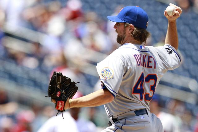 El nudillero de los Mets  R.A. Dickey sigue dominando a sus rivales y ayer dejó en ceros a los Nacionales durante ocho entradas de labor monticular.