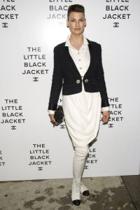 Icónica chaqueta negra de Chanel en exposición en NY