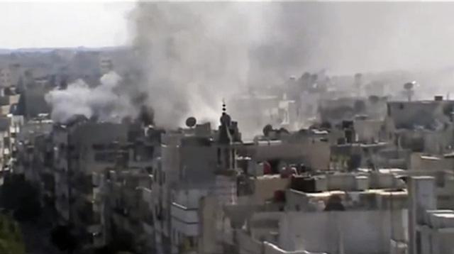Esta imagen de un video aficionado, revelada a los periodistas, muestra las explosiones en el área de Khaldiyeh, en la ciudad central siria de Homs.