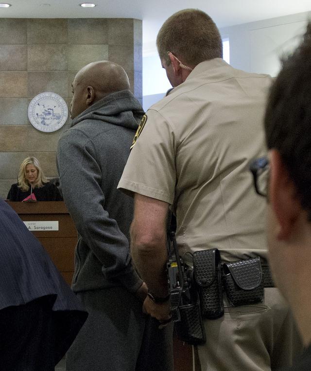 Floyd Mayweather Jr. (izq.) al momento de ser conducido desde un tribunal hacia el Centro de Detención del condado de Clark, donde cumple condena actualmente.