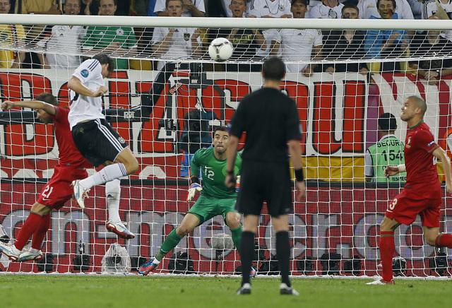 Mario Gómez (segundo desde la izquierda) envía el balón al fondo de las redes y Alemania venció a Portugal, en el temido 'grupo de la muerte'.