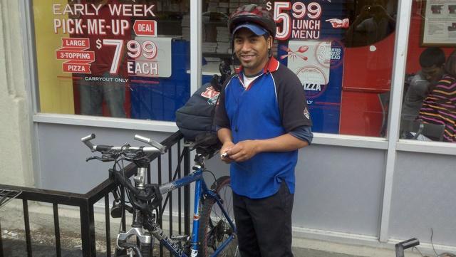 El repartidor Jorge González, de Domino's Pizza, expresa que últimamente las autoridades se han mostrado más estrictas con los ciclistas de la ciudad.