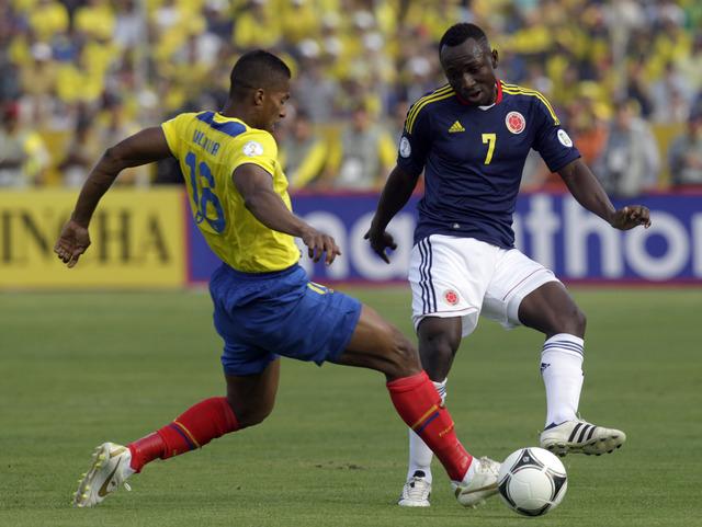 El colombiano Pablo Armero (der.) disputa el control del esférico con el ecuatoriano Antonio Valencia.