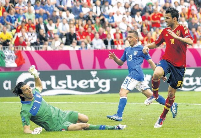 España e Italia igualan en debut