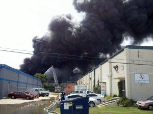Alerta mayor por incendio en bodega en el sureste de Houston