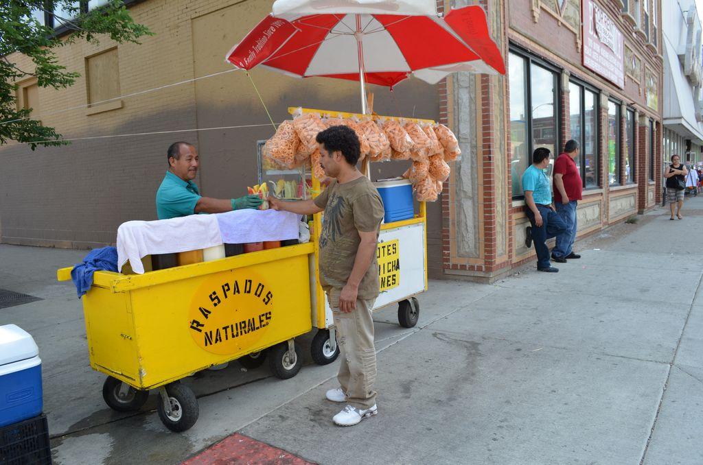 Vendedores ambulantes luchan por licencias que los beneficie