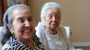 Una madre centenaria cuida de su hija octogenaria aquejada de demencia (Video)