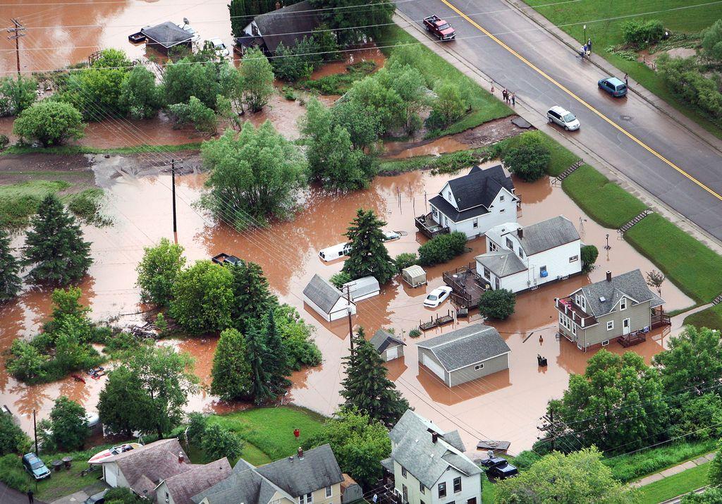 Personas y animales de zoológico huyen de inundación en Minnesota