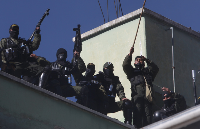 Policías bolivianos exigen mejores sueldos