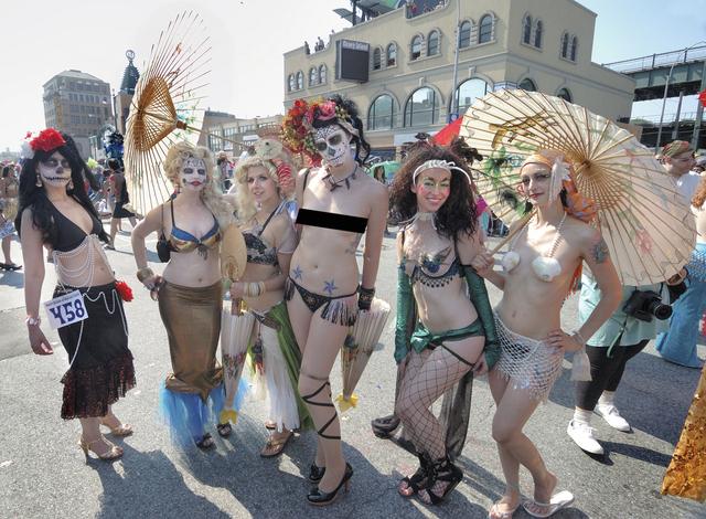 Artistas latinos entre sirenas de Coney Island