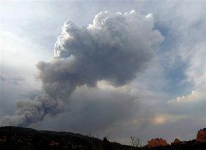 Incendios forestales alcanzan centros turísticos en Colorado