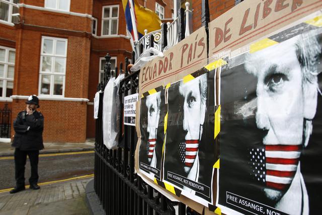 Piden a Assange comparecer a comisaría