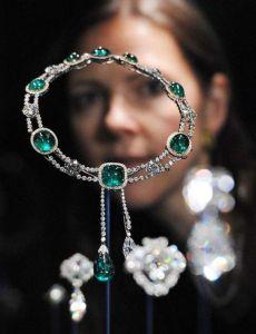 Isabel II muestra colección de joyas con más de 10,000 diamantes