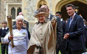 Reina Isabel recibe a la antorcha olímpica (Fotos)