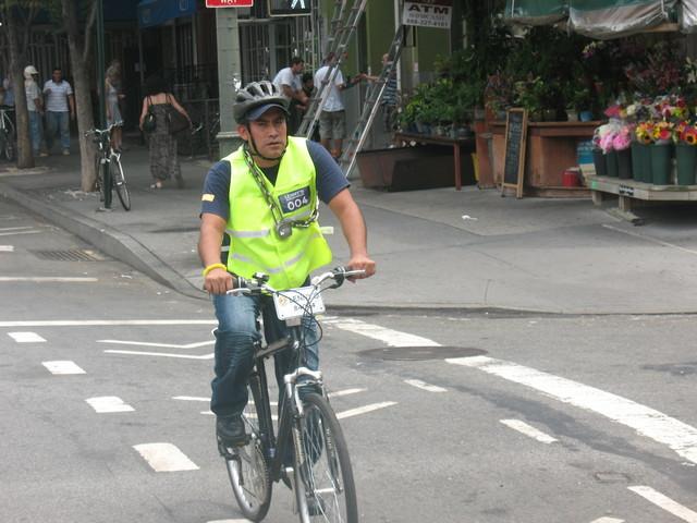 Encarrilan a repartidores en bicicleta