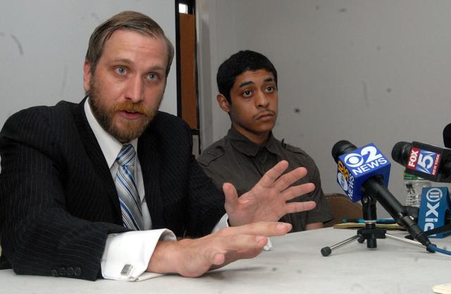 Joven hispano denuncia abuso policial en Brooklyn
