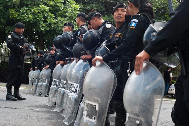 Chocan estudiantes y policías en Guatemala