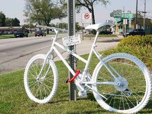Blancas bicicletas para ciclistas que ya no están
