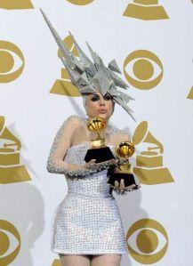 Lady Gaga envía SMS a Philip Treacy para encargar sombreros