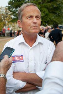 Romney solicita a Akin retirarse de la contienda