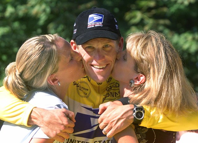 Lance Armstrong cae del pedestal