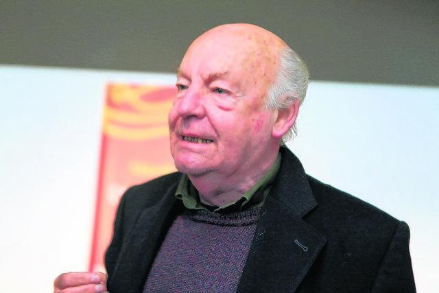 Eduardo  Galeano está estable y permanece en hospital