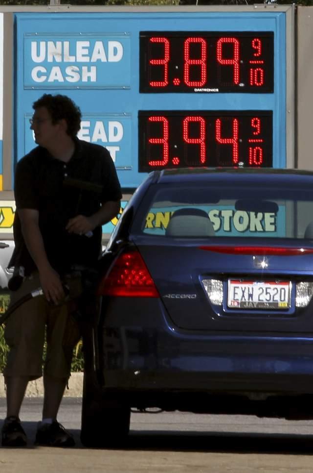 Latinos hacen malabares ante precios de gasolina en NY