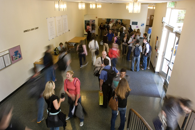 Préstamos para cubrir alto costo de universidades