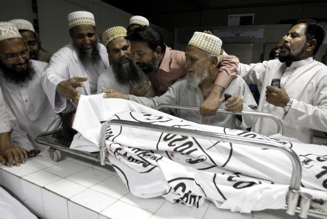 Atacan con bombas mercado en Pakistán