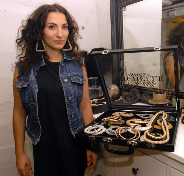 Diseñadora hispana reinventa un clásico: los 'door knocker'