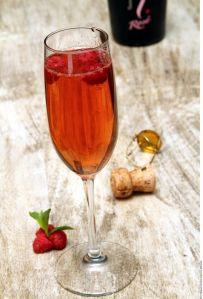 Disfruta un coctel rosado este fin de semana: Berry Bellini