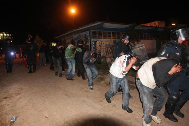 Policías allanan escuelas en Michoacán