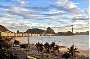Copacabana recupera sus sombrillas de colores