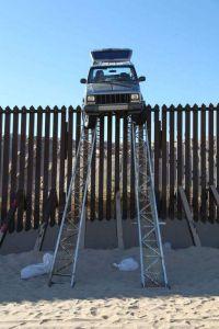 Se les trabó el carro sobre la cerca en la frontera