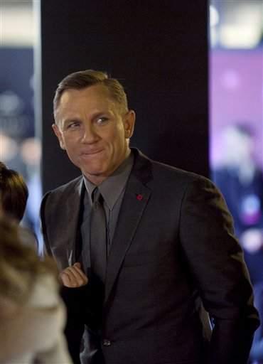 Agente 007 sorprende a tropas en Afganistán