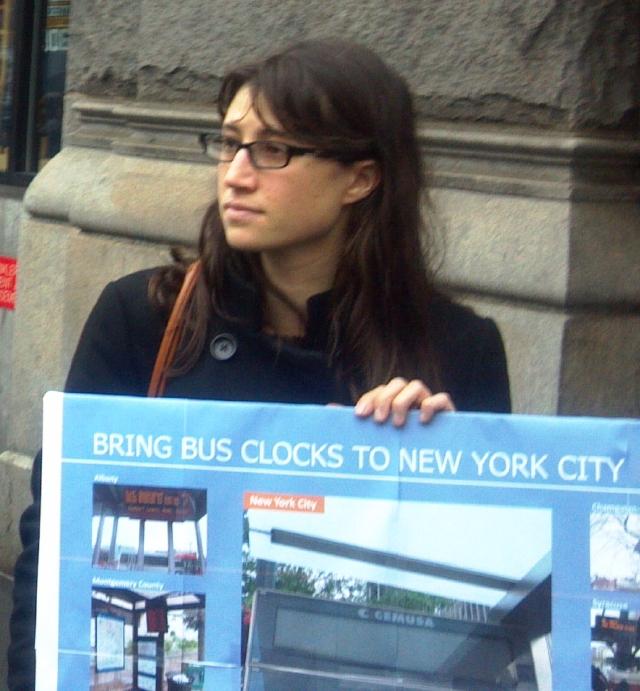Exigen relojes en paradas de buses