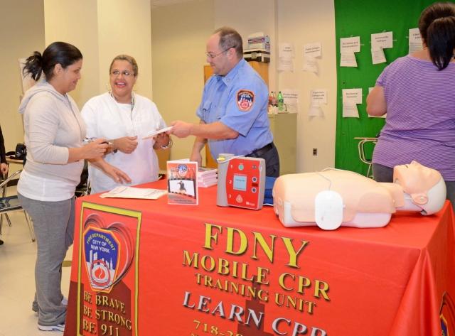 Padres de El Bronx aprenden a salvar vidas