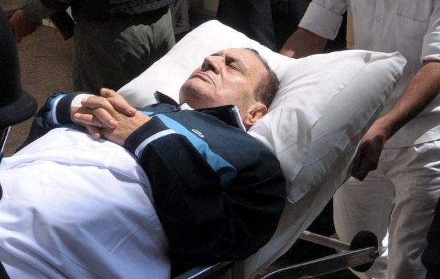 Mubarak cae y se rompe 3 costillas en el baño de la cárcel