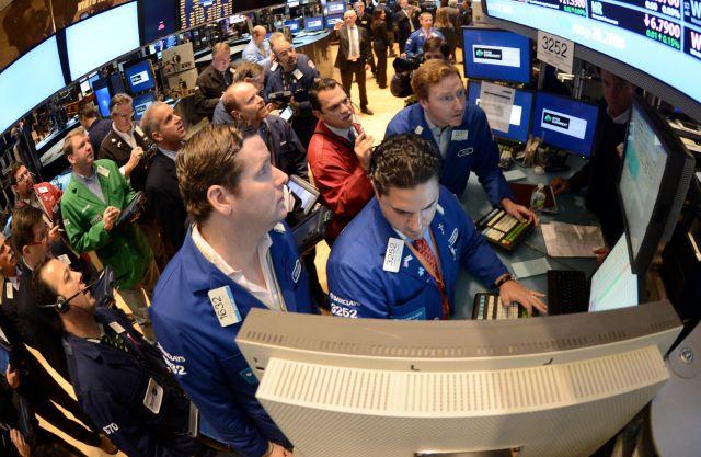 Bajan acciones en Wall Street por descenso en ventas navideñas (Fotos)