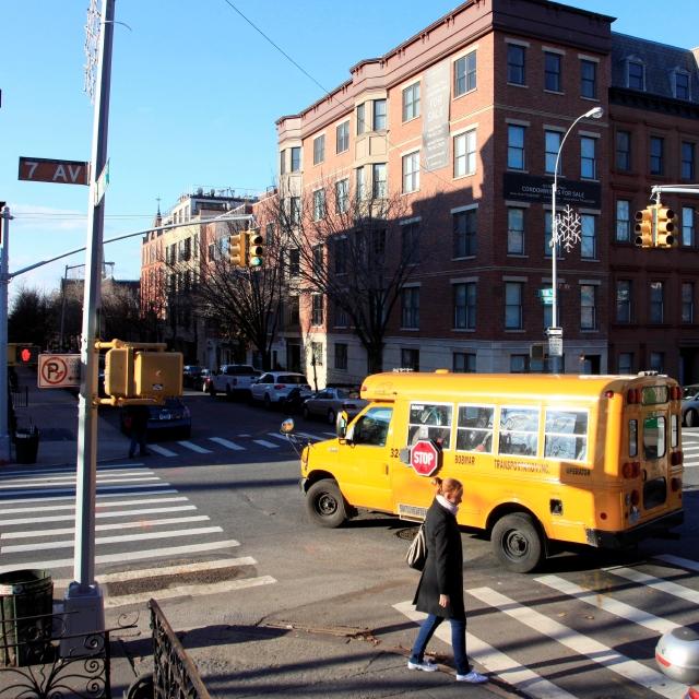 Mujer muere impactada por minibus escolar en Queens
