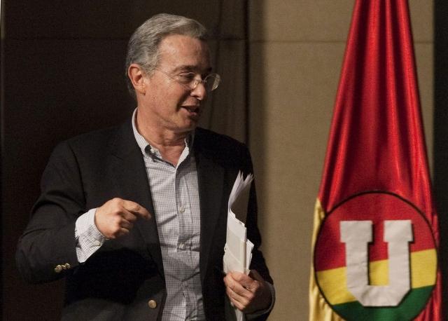 Uribe llama mentiroso a Santos