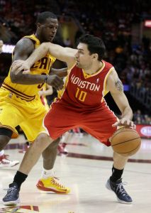 Harden anota 29 puntos y Rockets vencen a Cavaliers (Fotos)